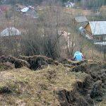 Alunecarea de teren de la Borsa inainteaza incet spre alte doua case