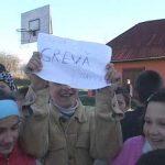 FRIG – SCOALA NEINCALZITA – Peste 150 de elevi de la scoala din Remetea Chioarului invata in frig (VIDEO)