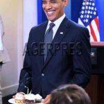 """ANIVERSARE – OBAMA – Presedintele SUA i-a cantat """"La multi ani"""" unei jurnaliste… de ziua lui (VIDEO)"""