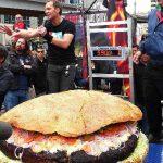 RECORD MONDIAL – A fost preparat cel mai mare hamburger din lume: 267,6 kilograme!