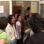 PERSONAL INSUFICIENT – Maramuresenii asteapta si cate opt ore la rand pentru a-si face pasaportul din cauza numarului mic de angajati de la ghisee (VIDEO)
