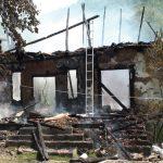 ACTUALIZARE – INCENDIU – LA UN PAS DE TRAGEDIE – O casa in care se aflau doua butelii cu gaz a ars ca o torta la Viile Apei (VIDEO)