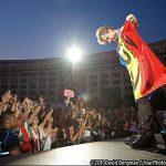 RECLAMA – ROMANIA – Bon Jovi a postat pe Facebook fotografia in care apare infasurat in steagul Romaniei