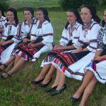 "TRADITII – Straini prinsi intr-un dans la sura lapusean, la festivalul ""Drumul lung spre Cimitirul Vesel"" (VIDEO si GALERIE FOTO)"