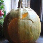 HALLOWEEN DE BAIA MARE – Dovleac-tribut sculptat cu logo-ul de la Apple, la o competitie de Halloween (VIDEO)