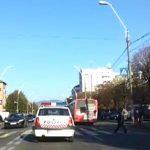 CITITORII IN ACTIUNE – Sofer de politie filmat in Baia Mare incalcand o regula fundamentala de circulatie (VIDEO)