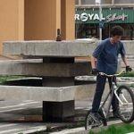 NEGLIJENTA – Fantana din Piata Revolutiei, transformata in spatiu de distractie de bikerii din Baia Mare (VIDEO)