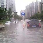INUNDATII – CHINA – Ploile torentiale au provocat moartea a 37 persoane in orasul Beijing (VIDEO)