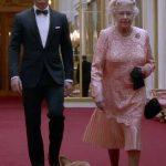 """JO LONDRA – DEZVALUIRI – Regina in rolul de """"Bond Girl"""" le-a dat fiori organizatorilor (VIDEO)"""