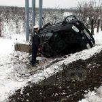 ACTUALIZARE 2 – ACCIDENT – Un sofer si-a distrus masina dupa ce a derapat intr-un sant de pe Dealul Dura (GALERII VIDEO si FOTO)