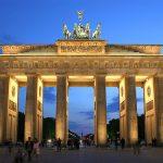 MONUMENT ACCIDENTAT – Un neamt a intrat cu masina in cel mai cunoscut monument din Berlin