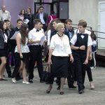 """FESTIVITATE – Absolventii claselor a VIII-a de la scoala """"Octavian Goga"""" le-au inmanat traditionala cheie colegilor lor mai mici (VIDEO)"""