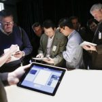 BOLI – TEHNOLOGIE – Dependentii de smartphone-uri si tablete tactile risca sa aiba probleme la ceafa