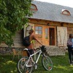 TURISM – Paula Seling incearca sa-i convinga pe turisti sa vina cu bicicleta in Maramures (VIDEO)