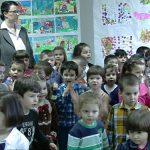 CADOU – Micutii de la Gradinita de Arta le-au pregatit mamicilor o expozitie cu lucrari realizate de ei, cu ocazia zilei de 8 martie (VIDEO)