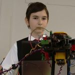 INVENTII – Un elev baimarean de clasa a VI-a a realizat un brat robotic care sorteaza obiecte dupa culoare (VIDEO)