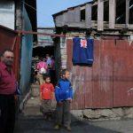 NEREGULI – O familie de romi de pe strada Olarilor creste porci in curtea casei, iar copiii cersesc in Piata Millennium. Autoritatile locale au efectuat astazi un control si au instituit primele masuri de rezolvare a problemelor sesizate de vecinii din zona (VIDEO)