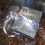 CONTRABANDA – Alte colete cu tigari aduse din Ucraina confiscate la Valea Viseului
