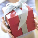 OBICEIURI – O treime dintre romani isi ofera lunar cadouri spontane: barbatii mese in oras, femeile haine
