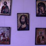 VERNISAJ – Icoane pe sticla si lemn, dar si fotografii cu biserici istorice pot fi admirate in aceste zile in cadrul unei expozitii gazduita de Teatrul Municipal Baia Mare (VIDEO)