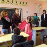 În sprijinul elevilor romi ! Ghiozdane oferite copiilor din clasele a II-a şi a III-a.