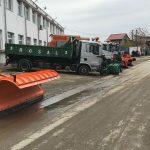 Zeci de tone de material antiderapant împrăștiate pe drumurile din Maramureș! Se circulă în condiții de iarnă