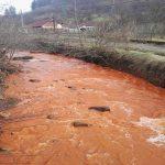 Panică printre băimăreni după ce apele râului Săsar au căpătat culoarea roşie