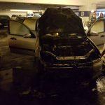 Maşină în flăcări în parcarea subterană de la Mall – FOTO