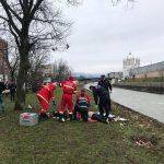 Operaţiune dramatică de salvare a unui bărbat căzut în râul Săsar. Curenţii l-au târât mai bine de 1 kilometru – FOTO şi VIDEO