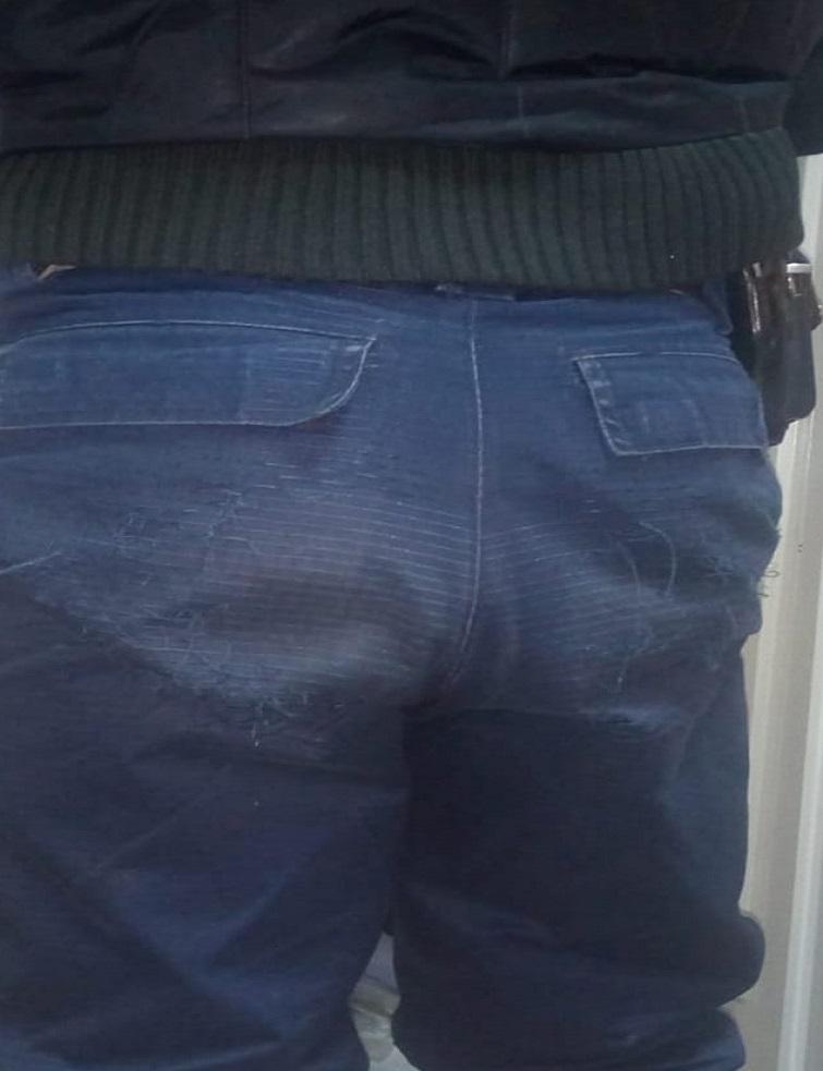 Așa arată pantalonii ținutelor care s-au deteriorat.