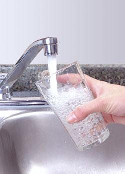 Foto pahar de apa - robinet