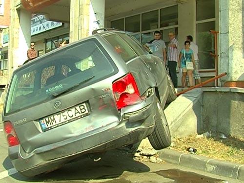 Foto: accident - masina urcata pe scari bd. Traian Baia Mare (c) eMaramures.ro