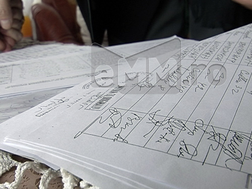 Foto: semnaturi contra proiect depozit ecologic Buzesti (c) eMaramures.ro