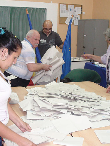 Foto: alegeri locale 2012 - numarare buletine de vot (c) eMaramures.ro