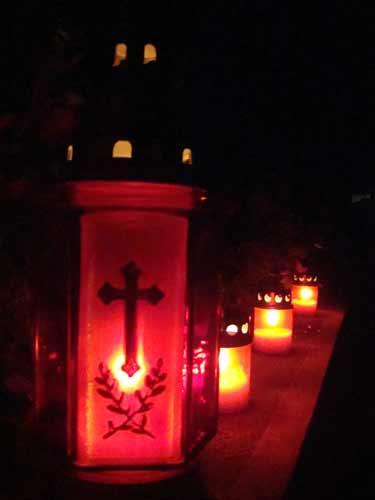 Candele in cimitir (c) eMM.ro
