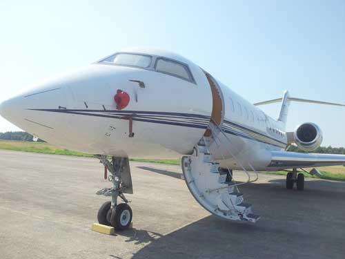 Avionul cu care a venit familia lui Frank Timis