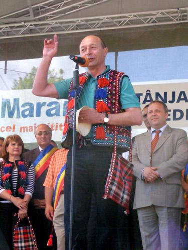 Foto Traian Basescu - Tanjaua de la Hoteni 2009 (c) eMaramures.ro